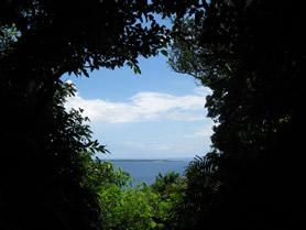 斎場御嶽より久高島を望む。