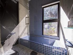 パウダールームから続くシャワールーム。湯船に浸かりながらライトアップされた様をお楽しみください。